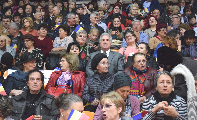Spectatorii, nerăbdători, au sosit! În mijlocul lor pot fi văzuți președintele Consiliului Județean Tulcea, domnul Horia Teodorescu ...