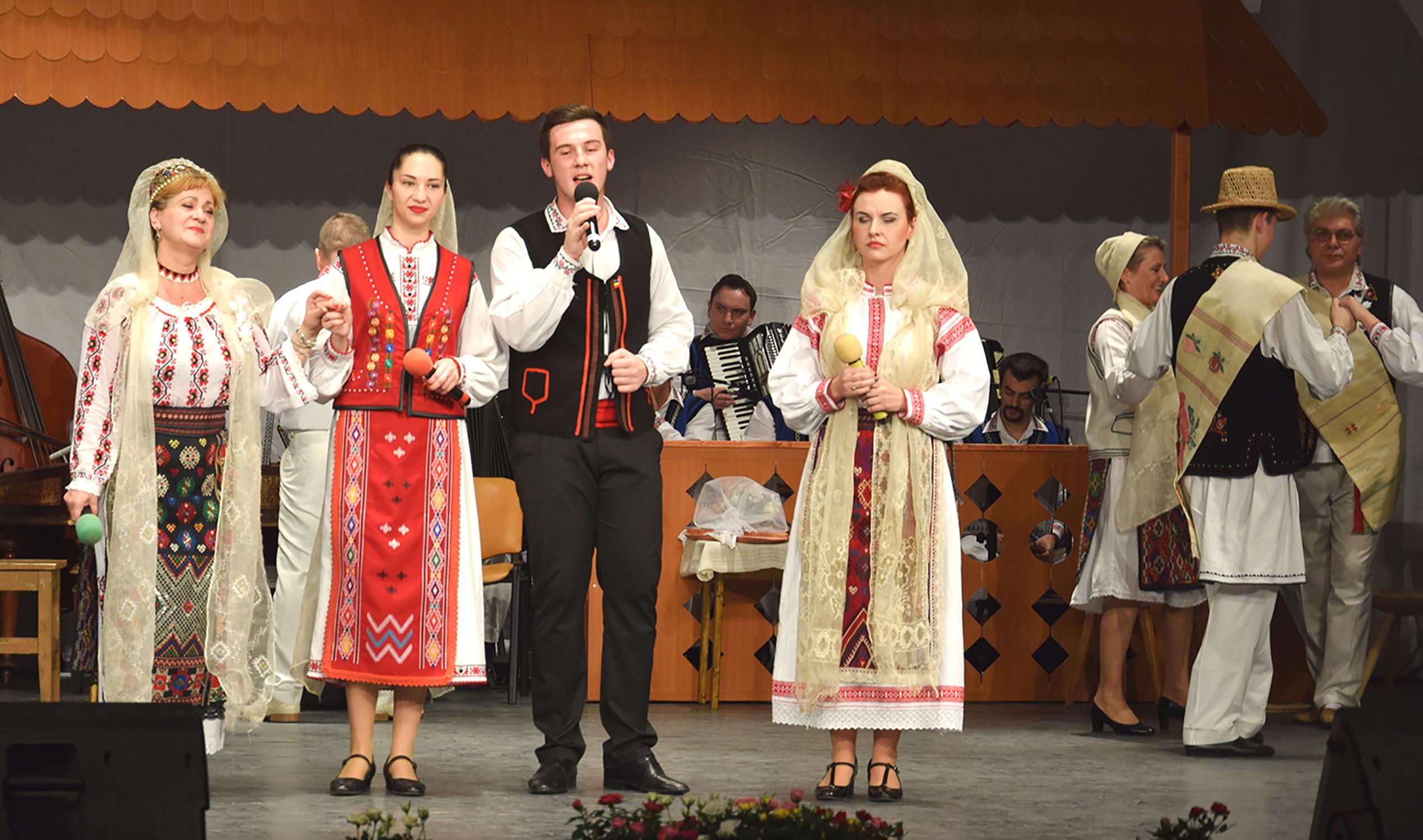 9.Soliștii grupului vocal (de la stânga spre dreapta): Georgeta Nichifor, Laura Feraru, Răzvan Poșchină și Petruța Ecaterina Buță