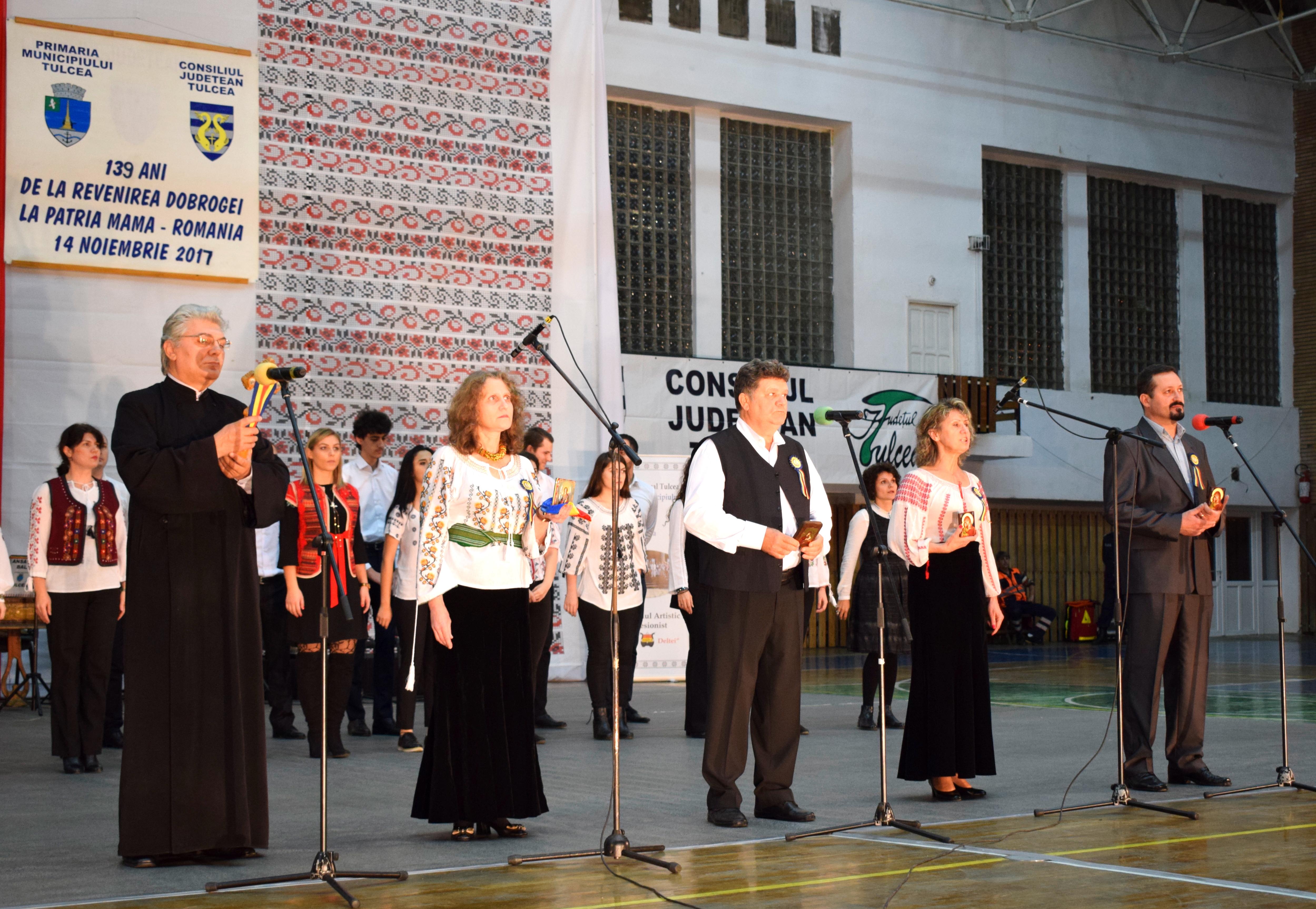 A urmat grupul de recitatori format (de la stânga imaginii spre dreapta) din: Pr. Mihael Mihai Marian, Teodora Dociu, Ion Chiriac, elena Anastase și Petru Țincoca.