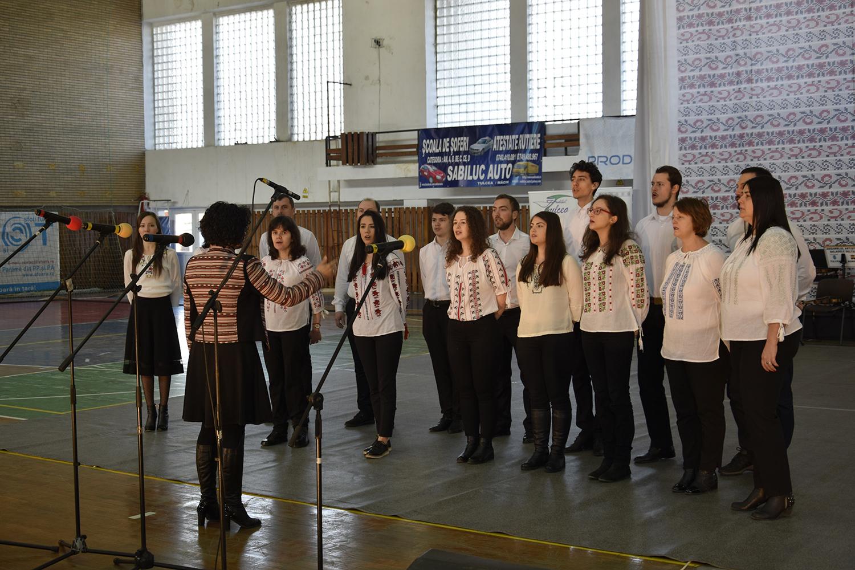 """Corul """"Cantus Libera"""" a deschis spectacolul prin interpretarea Imnnului Național"""