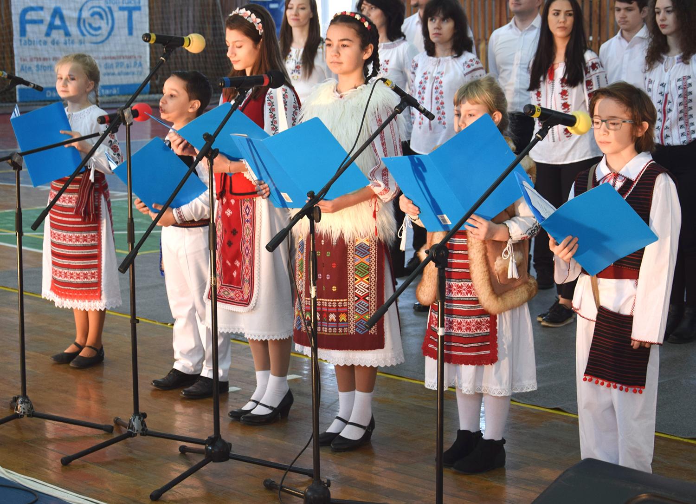 """Apoi elevii din Ansamblul """"Sorulețul"""" au recitat cu emoție cunoscuta poezie a lui Mihai Eminescu: """"Ce-ți dorersc eu ție, dulce Românie?"""""""