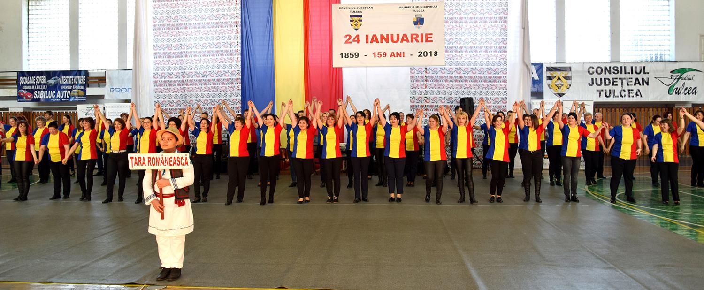 Cursanții Școlii de Dans din Tulcea au prezentat jocuri tradiționale și, în finalul programului lor, au încins o mare Horă a Unirii care a acoperit scena imensă a sălii!