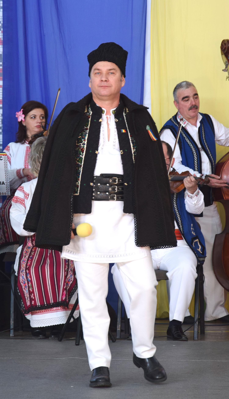 """Rugat să se prezinte în câteva cuvinte, următorul invitat, suceveanul Călin Brăteanu ne-a răspuns: """"Dacă vrei să-l cunoşti pe Călin Brăteanu, ascultă-i cântecele; dacă vrei să cunoşti bucovineanu` ascultă cântecele lui Brăteanu!"""""""