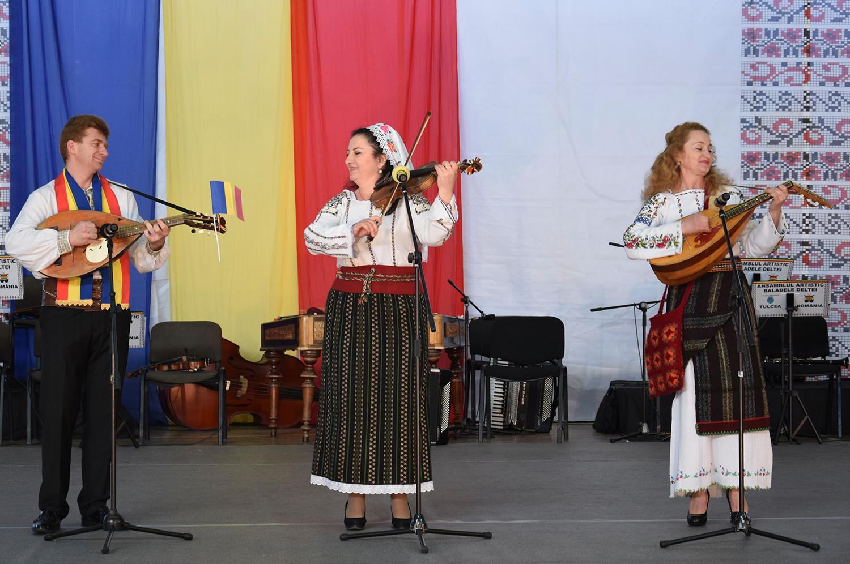 Maria Stoianov, Lumința Stoianov și Sergiu Diaconu, mai vechi și statornici prieteni ai tulcenilor, pot fi înmănunchiați într-un cuvânt: ETHNOS, cunoscutul grup din Chișinău.
