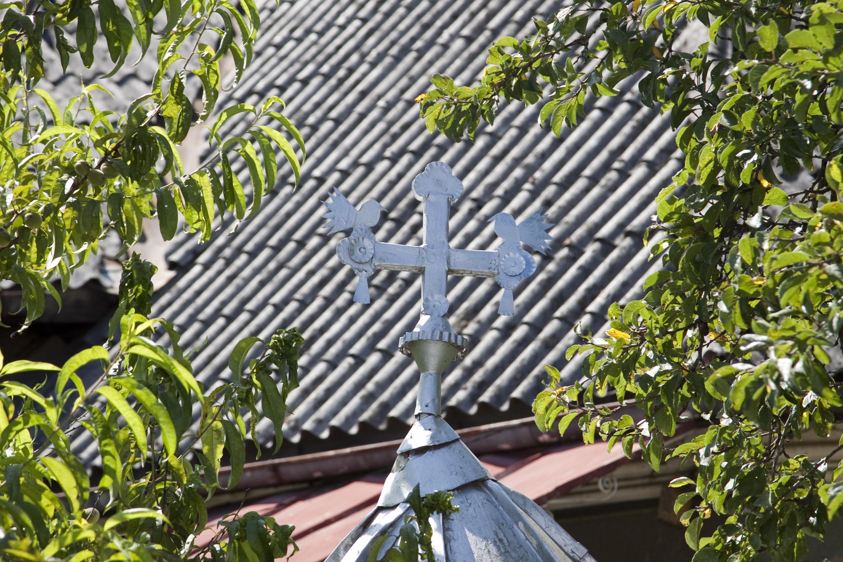 4.Cruce pe acoperiș de fântână ca pom al Raiului, cu cele două păsărele, în localitatea Rohia, Județul Maramureș.
